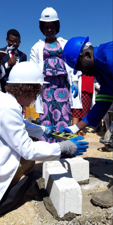 posa prima pietra del centro Maternità in Zambia